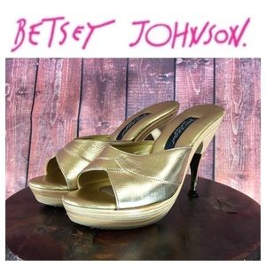 💸Betsey Johnson vintage gold mules in size 6